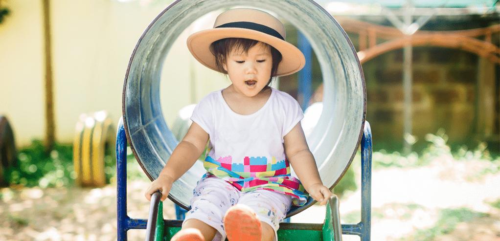 johnsons-baby-tips-aman-ajak-anak-beraktivitas-di-taman-bermain.png